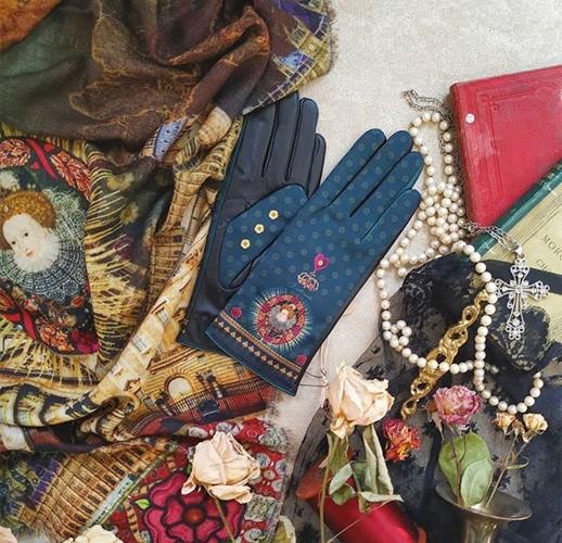 Foulards, étoles, gant et d'autres accessoires